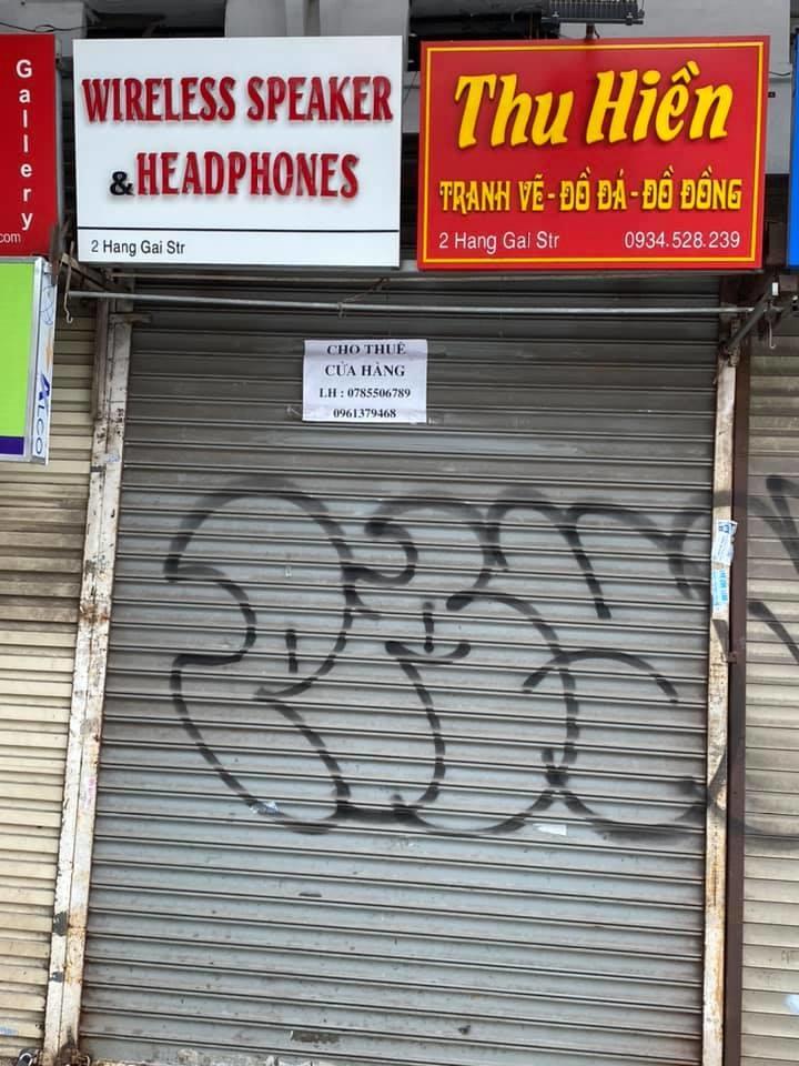Các cửa hàng bán đồ lưu niệm trên phố Hàng Gai rao cho thuê nhiều ngày nay.