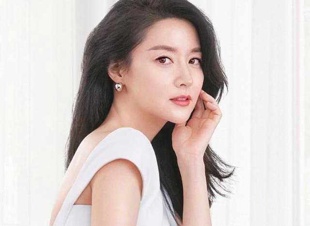"""Lee Young Ae sinh năm 1971, Lee Young Ae nổi tiếng nhờ những bộ phim truyền hình như """"Nàng Dae Jang Geum"""", """"Anh em nhà bác sĩ"""". Dù đã ở tuổi 49 nhưng nữ diễn viên vẫn khiến nhiều người ghen tỵ bởi nhan sắc """"không tuổi"""" và cuộc hôn nhân viên mãn bên người chồng doanh nhân cùng 2 thiên thần nhỏ. Ảnh: Naver."""