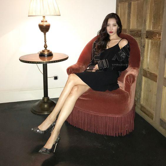 Đôi chân dài 1m10 trứ danh của Sunmi luôn là chủ đề được netizen xứ Hàn ca ngợi mỗi khi cô nàng xuất hiện trước công chúng. Trên sân khấu, giọng ca 'Gashina' luôn khiến người hâm mộ 'chết đứng' vì vẻ sexy, quyến rũ của mình – Ảnh: Internet