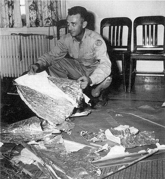 Sự cố Roswell là báo cáo đầu tiên về Mỹ thu giữ vật liệu từ một UFO kỳ lạ bị rơi.