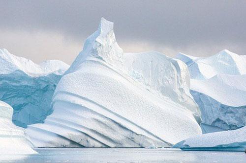 """Nhiều nơi trên biển Bắc Băng Dương có thể sớm mất đi sắc băng trắng xanh huyền thoại, chưa kể mối nguy về hàng loạt """"quái vật"""" nhỏ thời cổ đại bị giải phóng - Ảnh: NATIONAL GEOGRAPHIC"""