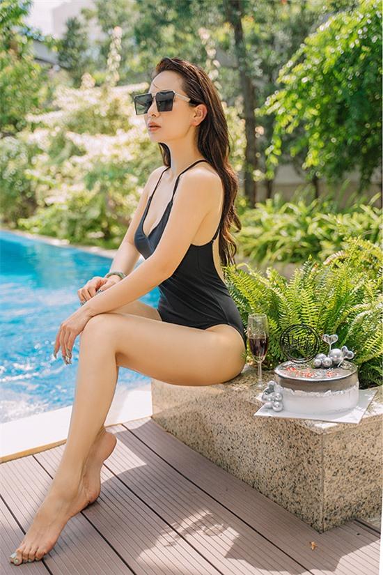 [Caption] Để ăn mừng cho sự kiện giảm cân thành công này, Ánh Linh đã quyết định thực hiện một bộ ảnh cực chill bên hồ bơi để khoe với các khán giả niềm vui mới khi có được vóc dáng thon gọn, hoàn hảo hơn như hiện nay. Trước đây Ánh Linh cũng từng nhiều lần diện lên mình những bộ trang phục sexy, hút mắt nhưng đây là dịp hiếm hoi cô nàng khoe ra với khán giả những hình ảnh khi mặc đồ bikini nóng bỏng bởi tự tin về vóc dáng của mình. Bộ ảnh này không chỉ tươi mới, tràn đầy sức sống và phù hợp với thời tiết mùa hè của thời điểm hiện tại mà còn truyền cảm hứng về việc duy trì vóc dáng, giảm cân thành công của Ánh Linh đến với nhiều bạn trẻ.