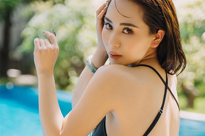 Ánh Linh khoe vẻ gợi cảm bên hồ bơi. Cô sở hữu làn da trắng, thần thái tươi trẻ, căng tràn sức sống.