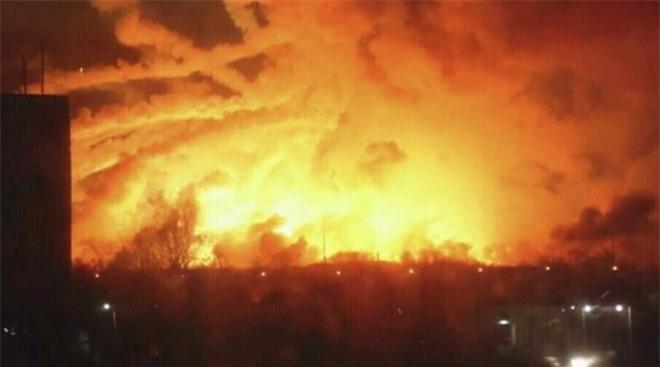 Căn nhà cháy rực, chú chó lao vào biển lửa làm một điều khiến ai cũng xúc động - Ảnh 1.