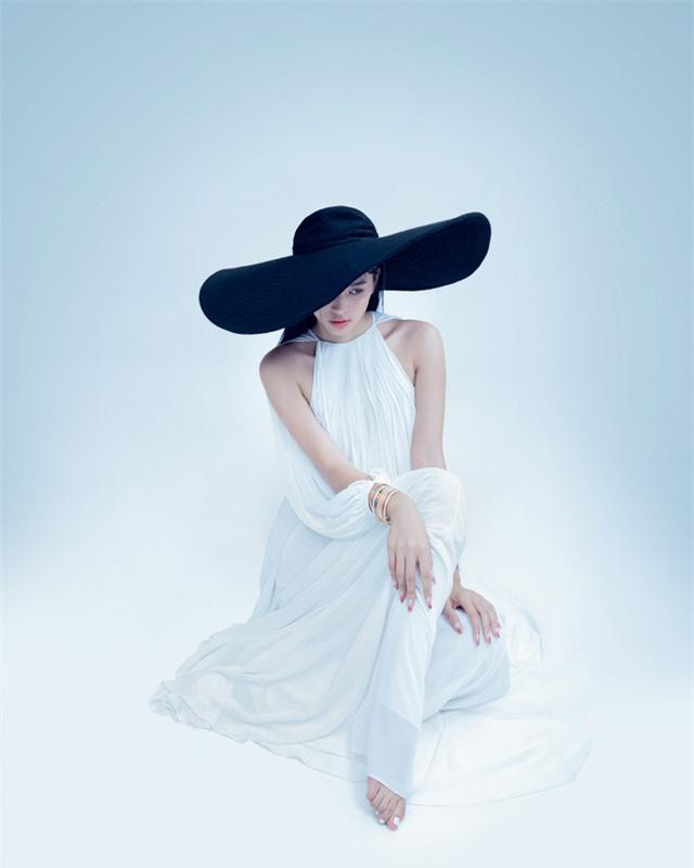 Hoa hậu Tiểu Vy đón tuổi 20 bằng bộ ảnh trong veo - Ảnh 11.