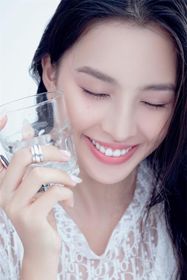 Hoa hậu Tiểu Vy đón tuổi 20 bằng bộ ảnh trong veo - Ảnh 12.