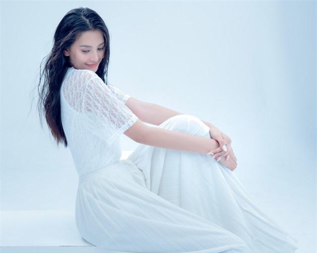 Hoa hậu Tiểu Vy đón tuổi 20 bằng bộ ảnh trong veo - Ảnh 13.