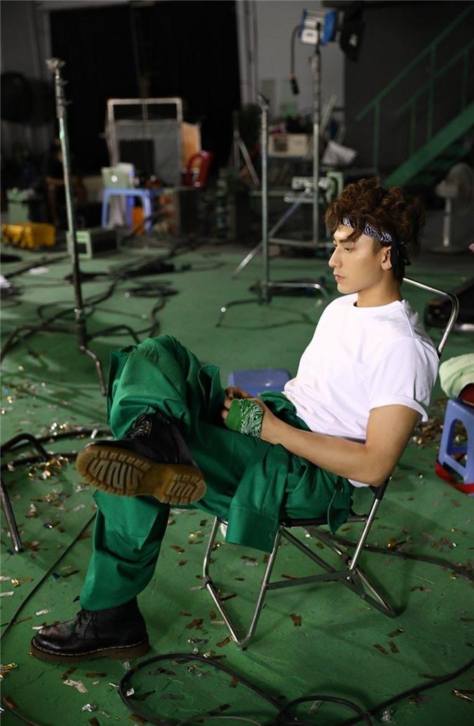 """Isaac tung MV """"2 giờ chiều"""", thể hiện sự đa năng của mình - Ảnh 3."""