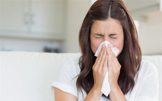 Dù được xem là bệnh vặt nhưng nếu không chữa trị, lâu ngày sẽ biến chứng sang nhiều căn bệnh khác như: Viêm họng, chảy mũi, ho,...