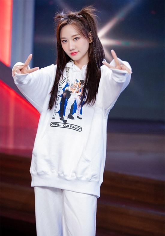 Hari Won diện trang phục phong cách thể thao, khoe vẻ trẻ trung, nhí nhảnh.