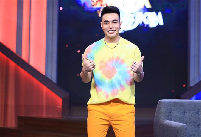 Diễn viên hài Lê Dương Bảo Lâm thích trang phục màu nổi phù hợp tính cách hoạt náo của anh.