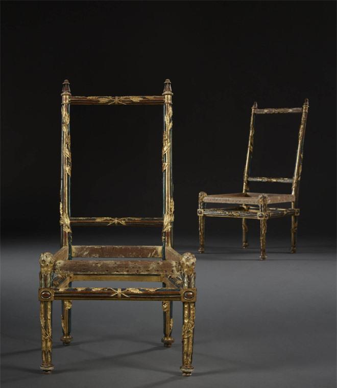 Tại sao bốn chiếc ghế không chỗ ngồi, không lưng tựa này trị giá 32 tỷ đồng? - Ảnh 1.