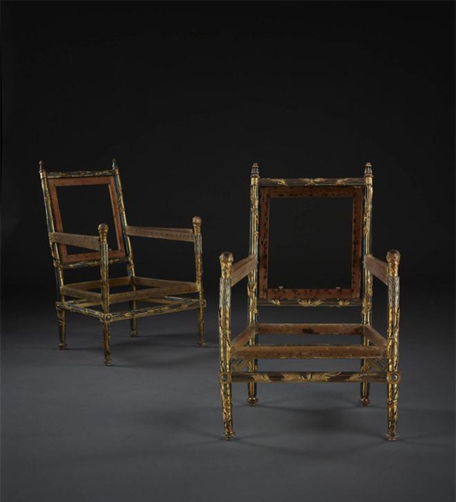 Tại sao bốn chiếc ghế không chỗ ngồi, không lưng tựa này trị giá 32 tỷ đồng? - Ảnh 2.