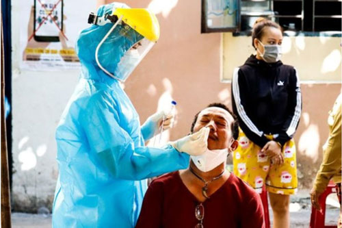 Lấy mẫu xét nghiệm COVID-19 tại thành phố Đà Nẵng. (Ảnh: Báo điện tử Pháp Luật TP.HCM)