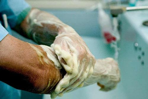 Tại thời kì đầu đại dịch, rửa tay là việc quan trọng cần làm thường xuyên. Ảnh: Alamy