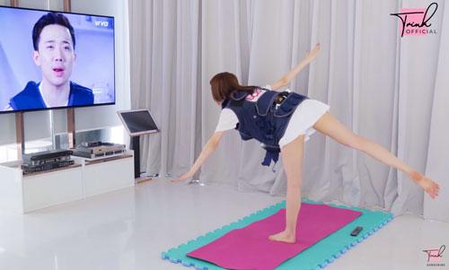 Ngọc Trinh tập yoga khi mang thai. Ảnh cắt từ clip.