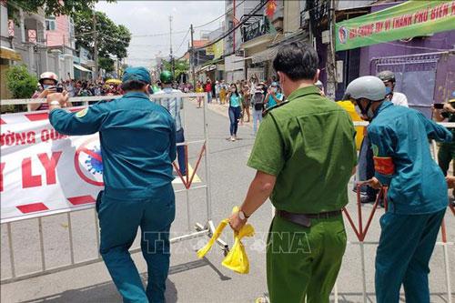 Đúng 12h ngày 17/8, lực lượng chức năng dỡ bỏ phong tỏa tuyến đường Hồ Văn Đại (phường Quang Vinh, thành phố Biên Hòa, tỉnh Đồng Nai) sau thời gian cách ly 14 ngày.