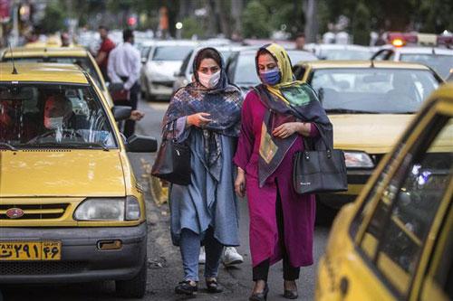Người dân đeo khẩu trang phòng lây nhiễm COVID-19 tại Rasht, Iran, ngày 18/8/2020. Ảnh: THX/TTXVN