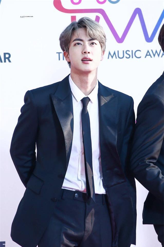 """Bí ẩn """"hiện tượng"""" lạ của mỹ nam đẹp trai nhất BTS: Luôn tình cờ ké ảnh một cách khó hiểu, mình anh vẫn tỏa sáng dù các em """"bay màu"""" hết - Ảnh 9."""
