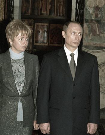 Ông Putin và bà Lyudmila tại nhà thờ của điện Kremlin, sau lễ nhậm chức tổng thống lần đầu tiên của ông hồi tháng 5/2000.Ảnh:RIA Novosti