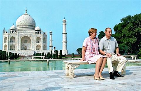 Vợ chồng tổng thống Nga thăm đền Taj Mahal, Ấn Độ, tháng 10/2000. Ảnh:RIA Novosti