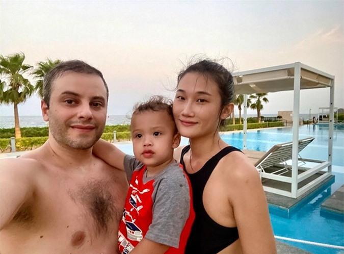 Kha Mỹ Vân và chồng trông con khi cô bảo mẫu nghỉ phép.