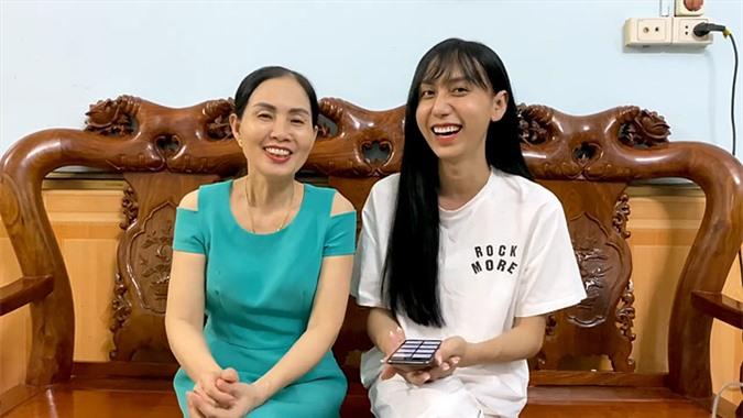 Ca sĩ Lynk Lee và mẹ.