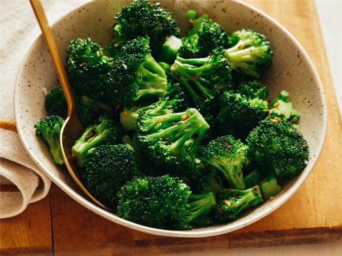 Không nên cắt bông cải xanh quá lâu rồi mới chế biến