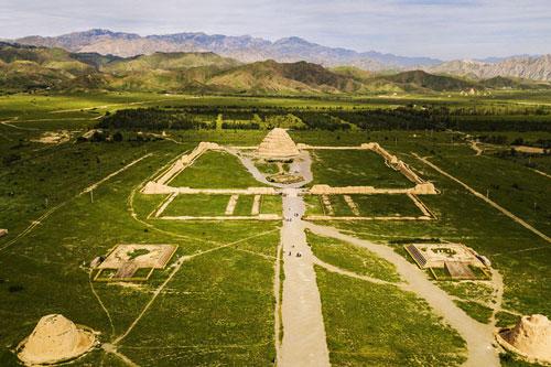 Lăng mộ hoành tráng 'tựa lưng' vào núi Hạ Lan (Ảnh: Baijiahao)
