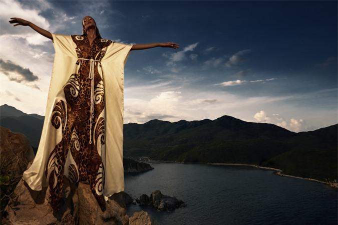 HHen Niê tạo dáng cheo leo trên vách núi