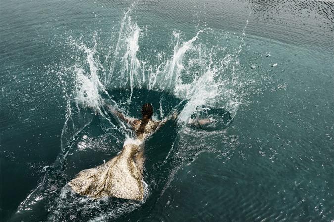 Ở một shot ảnh khác, cô còn trầm mình xuống dòng nước lạnh trong một bộ trang phục đính sequin