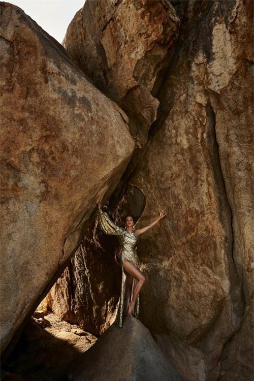 HHen Niê tạo dáng cheo leo trên vách núi - 6