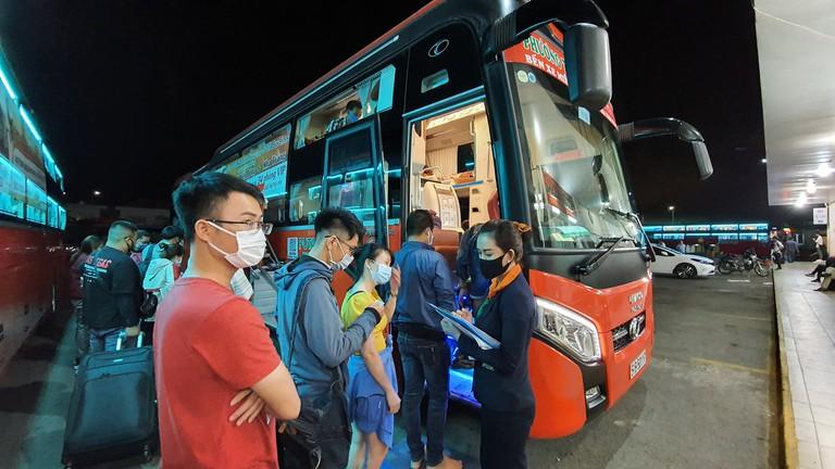 Nhân viên hãng xe Bình Minh limousine yêu cầu hành khách sử dụng nước rửa tay kháng khuẩn khi sử dụng dịch vụ
