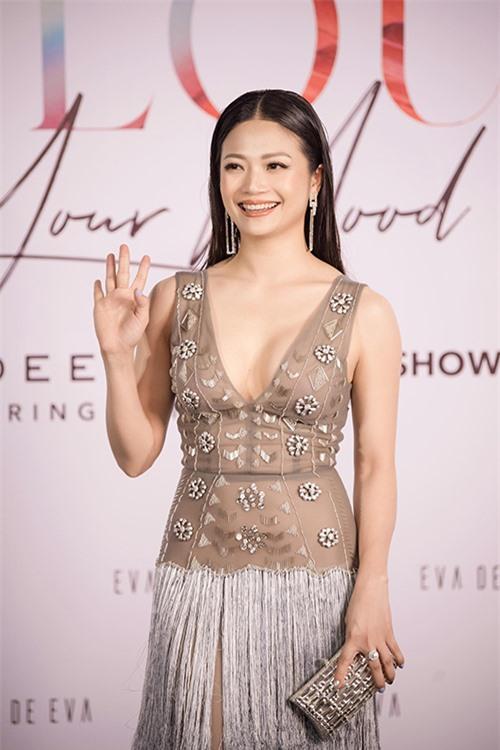 Nhiều năm sau khi nổi tiếng với vai Nhung trong Phía trước là bầu trời, Kiều Anh luôn xuất hiện với hình ảnh dịu dàng, nữ tính và mái tóc dài dường như trở thành thương hiệu.