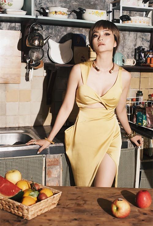 Nữ diễn viên cũng thể hiện cá tính, sự nổi loạn ở một vài bộ ảnh thời trang với trang phục cắt khoét gợi cảm và tóc giả.