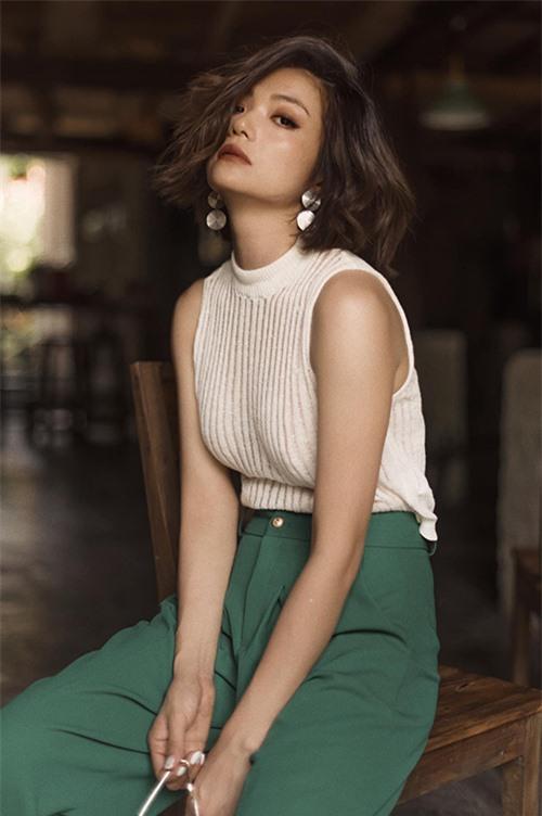 Năm 2020, Kiều Anh cắt phăng mái tóc dài đã gắn bó với mình nhiều năm. Mái tóc lỡ xoăn nhẹ khiến nữ diễn viên trông trẻ trung, năng động hơn ở tuổi 39.