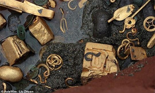 Tìm thấy ấn triện bằng vàng nguyên chất vô cùng quý hiếm, nặng gần 8kg - Ảnh 4.
