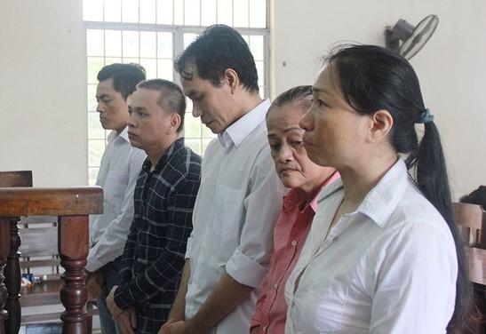 Nguyễn Thị Thùy Sương (ngoài cùng bên phải) và các đồng phạm trong vụ buôn lậu ôtô ở Tây Ninh ra trước tòa án.