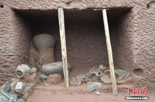 Cấu trúc bên trong của một ngôi mộ, với nhiều món đồ gốm sứ, đồ tạo tác được tìm thấy
