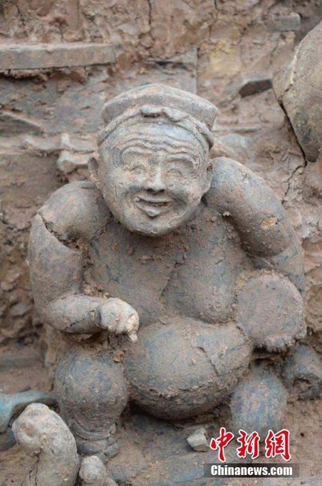 Một bức tượng được tìm thấy trong mộ