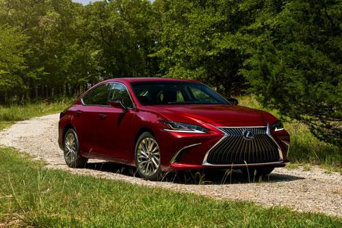 Lexus ES 2021.