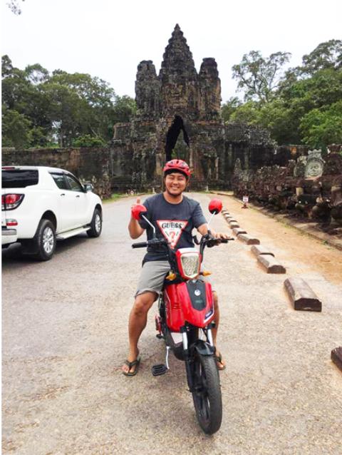 Một vị khách vô cùng thích thú đi xe điện PEGA CAP-A tại đất nước Campuchia