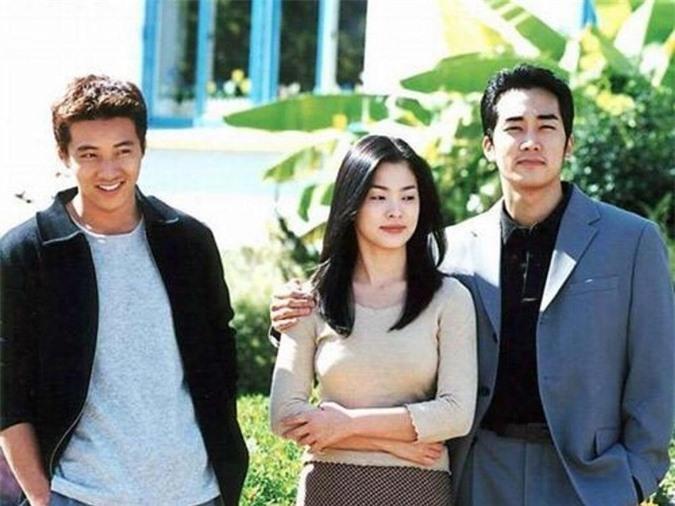 Won Bin, Song Hye Kyo và Song Seung Hun (từ trái qua) quay Trái tim mùa thu 20 năm trước.