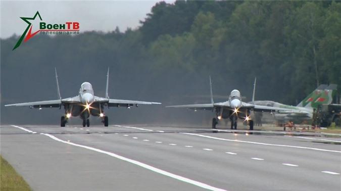 Belarus chuyen hang loat vu khi hang nang den tuyen bien gioi sat NATO