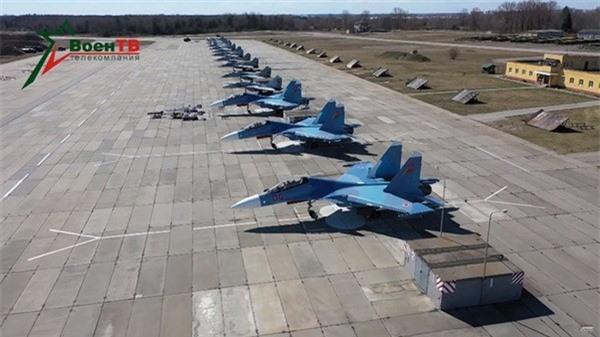 Belarus chuyen hang loat vu khi hang nang den tuyen bien gioi sat NATO-Hinh-2