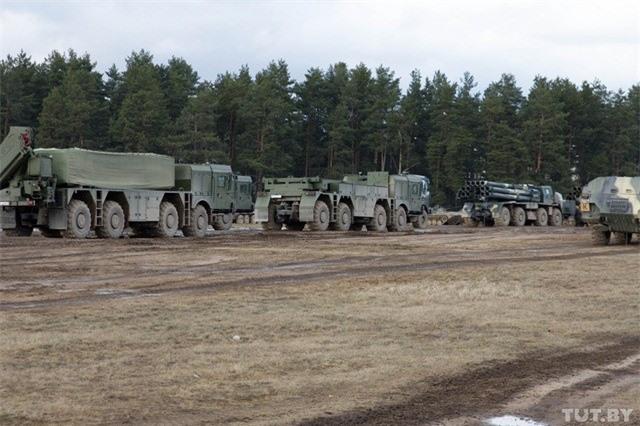 Belarus chuyen hang loat vu khi hang nang den tuyen bien gioi sat NATO-Hinh-4