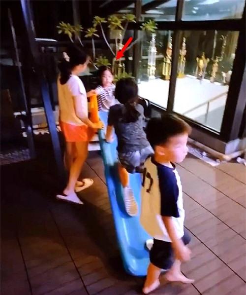 Con gái Lâm Tâm Như chơi đùa với bạn bè.