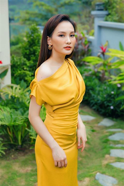 Bảo Thanh diện váy do mình thiết kế ra mắt công chúng vào tháng 3/2020.