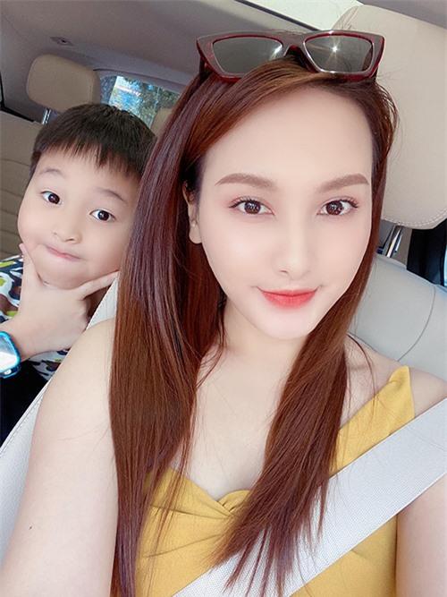 Bé Bin Bảo nhà Bảo Thanh và ông xã Đức Thắng nay đã 9 tuổi. Nữ diễn viên mang thai và sinh con đầu lòng khi còn là sinh viên trường Sân khấu - Điện ảnh.
