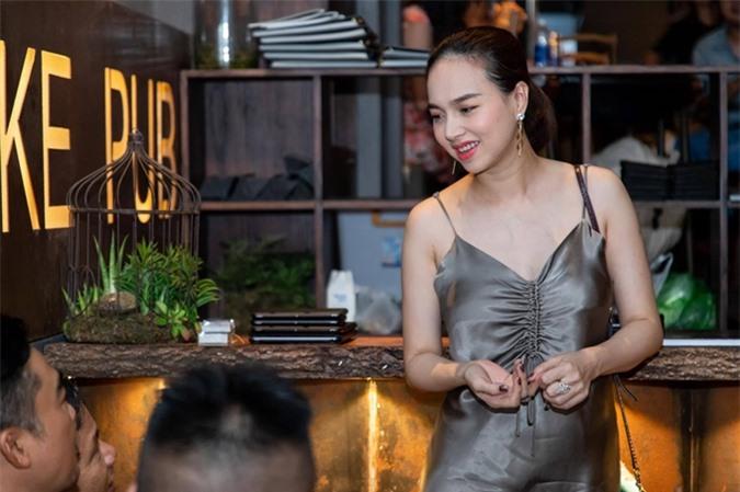 Tối 24/8, Đinh Ngọc Diệp có mặt tại buổi tiệc đóng máy phim Thiên thần hộ mệnh tại TP HCM. Sinh con thứ hai chưa tròn tháng, cô tự tin khoe vóc dáng thon thả và vẻ đẹp tự nhiên.